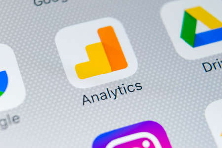 Sankt-Petersburg, Russia, February 28, 2018: Google Analytics application icon on Apple iPhone X screen close-up. Google Analytics icon. Google Analytics application. Social media network 新聞圖片