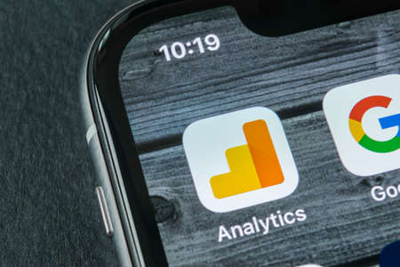 Sankt-Petersburg, Rusland, 11 april 2018: Google Analytics toepassingspictogram op close-up van Apple iPhone X scherm. Google Analytics-pictogram. Google Analytics-applicatie. Social media netwerk