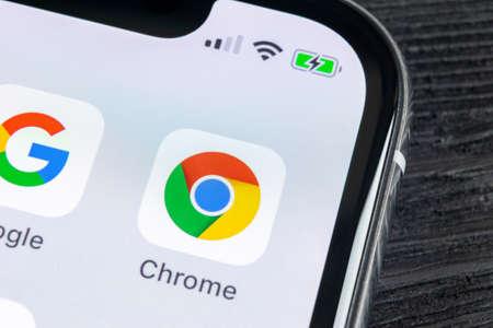 Sankt-Petersburg, Rusia, 27 de abril de 2018: icono de la aplicación Google Chrome en primer plano de la pantalla del iPhone X de Apple. Icono de la aplicación Google Chrome. Aplicación Google Chrome. Red de medios sociales