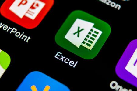 Sankt-Petersburg, Rusia, 10 de mayo de 2018: icono de la aplicación Microsoft Exel en primer plano de la pantalla de Apple iPhone X. Icono de la aplicación Microsoft Office Exel. Oficina de Microsoft en el teléfono móvil. Redes sociales