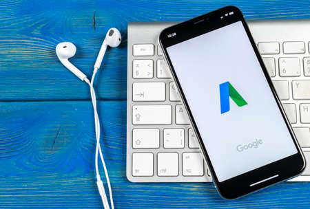 Sankt-Petersburg, Russia, 2 giugno 2018: Icona dell'applicazione Google AdWords sul primo piano dello schermo di Apple iPhone X. Icona di Google Ad Words. Applicazione Google Adwords. Rete di social media