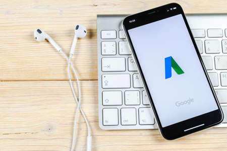 Sankt-Petersburg, Rusia, 2 de junio de 2018: icono de la aplicación Google AdWords en primer plano de la pantalla del iPhone X de Apple. Icono de Google Ad Words. Aplicación de Google Adwords. Red de medios sociales Editorial