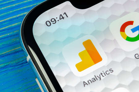 Sankt-Petersburg, Rusland, 20 juni 2018: Google Analytics toepassingspictogram op Apple iphone X scherm close-up. Google Analytics-pictogram. Google Analytics-applicatie. Social media netwerk