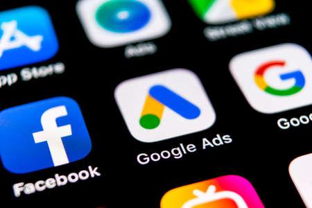 Sankt-Petersburg, Rusia, 30 de septiembre de 2018: icono de la aplicación de AdWords de Google Ads en primer plano de la pantalla de Apple iPhone X. Icono de Google Ad Words. Aplicación de anuncios de Google Adwords. Red de medios sociales Editorial