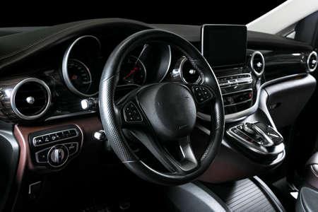 Nowoczesny, luksusowy samochód w środku. Wnętrze prestiżowego samochodu. Wygodne skórzane fotele. Brązowy kokpit z perforowanej skóry z białymi przeszyciami. Kierownica i deska rozdzielcza. Automatyczna zmiana biegów. Wykończenie samochodu Zdjęcie Seryjne