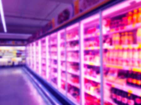 Resumen borrosa tienda de supermercado y refrigeradores en grandes almacenes. Fondo desenfocado del centro comercial interior. Comida de negocios. Fondo claro de bokeh. Desenfoque de supermercado. Concepto de zona de bebida