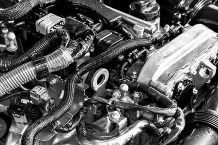 Moteur de voiture. Pièce de moteur de voiture. Image en gros plan d'un moteur à combustion interne. Détails du moteur dans une nouvelle voiture. Détaillant de voiture. Noir et blanc Banque d'images