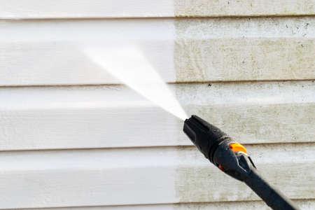 Servicio de limpieza lavando la fachada del edificio con agua a presión. Limpieza de la pared sucia con chorro de agua a alta presión. Poder lavar la pared. Limpieza de la fachada de la casa. Antes y después del lavado