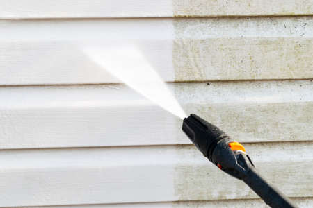 Usługa czyszczenia mycie elewacji budynku wodą pod ciśnieniem. Czyszczenie brudnej ściany strumieniem wody pod wysokim ciśnieniem. Moc mycia ściany. Czyszczenie elewacji domu. Przed i po praniu