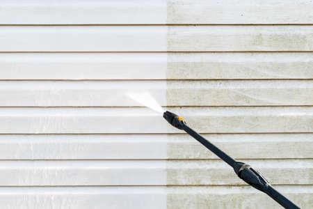 Schoonmaakservice wassen gevel van het gebouw met water onder druk. Vuile muur reinigen met hogedrukwaterstraal. Kracht die de muur wast. Het schoonmaken van de gevel van het huis. Voor en na het wassen