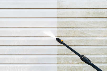 Servizio di pulizia lavaggio facciata edificio con acqua a pressione. Pulizia parete sporca con getto d'acqua ad alta pressione. Potere che lava il muro. Pulizia della facciata della casa. Prima e dopo il lavaggio