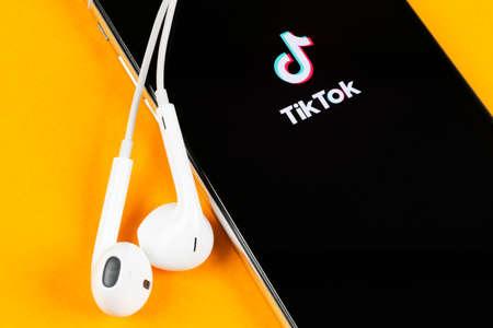 Helsinki, Finland, 4 mei 2019: Tik Tok-toepassingspictogram op Apple iPhone X-schermclose-up. Tik Tok-pictogram. tik tok applicatie. Tiktok Social media netwerk. Pictogram voor sociale media Redactioneel