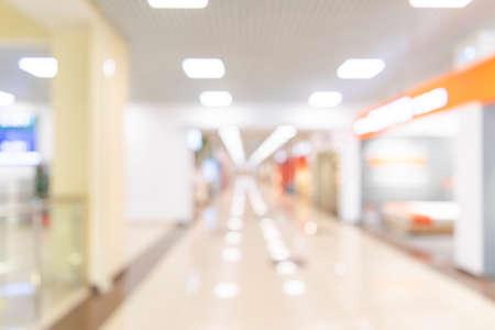 Pasillo del centro comercial de la falta de definición abstracta. Interior borroso de la venta al por menor y del pasillo en los grandes almacenes. Fondo desenfocado efecto bokeh o telón de fondo para el concepto de negocio. Luz de bokeh