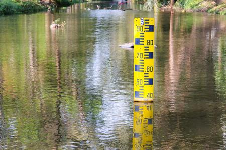 pluviometro: Indicador de nivel de agua en el canal Foto de archivo