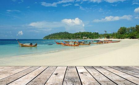 pisos de madera: Playa de la isla con piso de madera