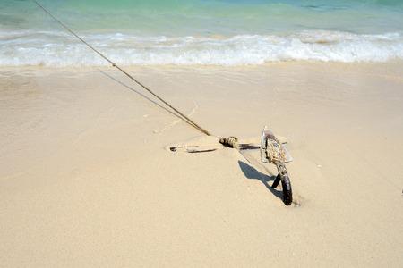 ANCLA: Ancla en una playa de anclas de barco.