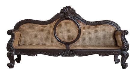 Traditionele rotan stoel, geïsoleerd Rotan sofa meubilair weven bamboe stoel witte achtergrond met het knippen van weg