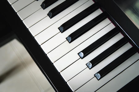 clavier: close-up piano keys.