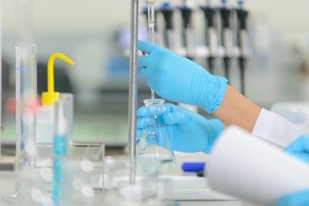 bureta: La mujer whoâs el científico es demostrar la técnica de valoración en el laboratorio