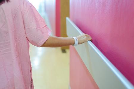 femme patient main tenant à la main courante à l'hôpital, soutien, concept d'aide Banque d'images