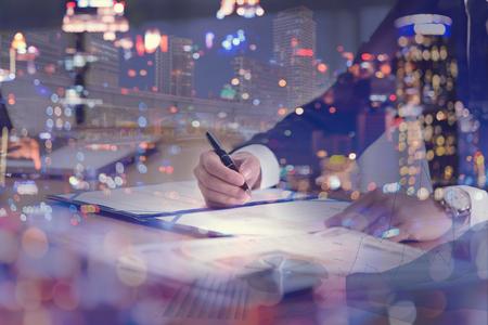 사업가 및 도시 - 비즈니스 개념, 부동산 개념의 이중 노출