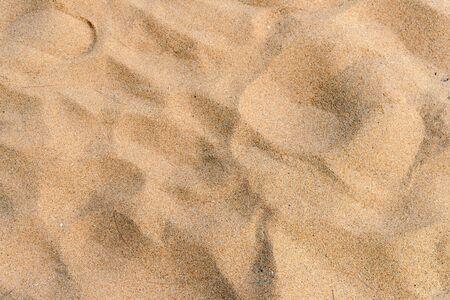 Trama di sabbia gialla sulla spiaggia. sfondo naturale per il concetto estivo summer