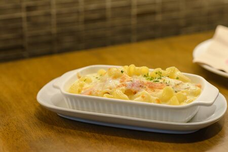 macaroni carbonara with ham and cheese on table Stockfoto