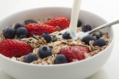 cereals: Muesli con frescas fresas, ar�ndanos, semillas de calabaza, cereales y leche