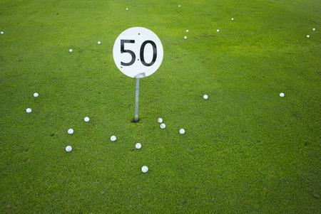 number 50: A cincuenta metros o metros signo en un campo de pr�ctica de golf - concepto para el n�mero 50 Foto de archivo