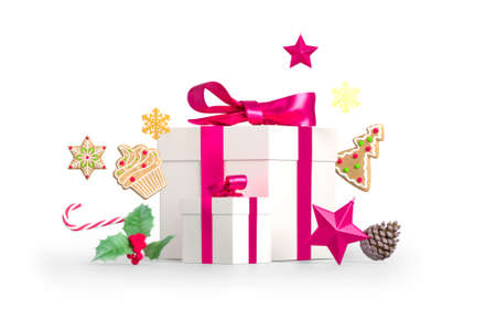Christmas gift composition. Present box, christmas gingerbreads, stars, pine cone and mistletoe isolated on white background. 3D rendering Standard-Bild