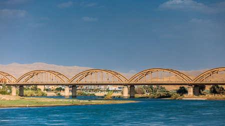 Starý most Renovovaný nedávno na řece Dijla v Iráku