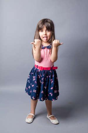 Malá dívka v klasickém šatech izolované uvnitř ateliéru Reklamní fotografie