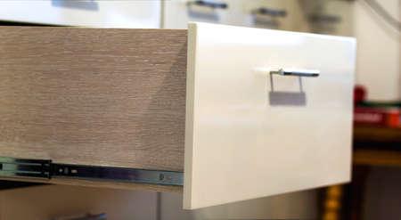 Dicht omhoog geschoten detail van een gelamineerde modieuze keukenlade