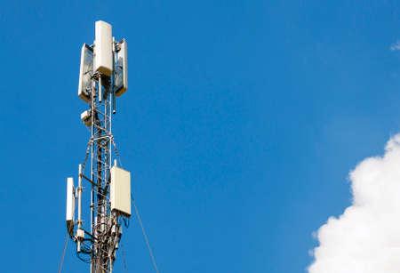microondas: torre de antena de comunicación con el cielo azul, la tecnología de las telecomunicaciones. estación base de telefonía móvil Foto de archivo