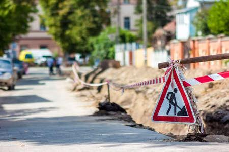 도시에서 거리에 건설 roadwork입니다. 빨간색 안전 로그인 roadworks에 [NULL]에 대해 경고합니다. 너의 길을 조심하고 위험하라. 스톡 콘텐츠 - 81152370