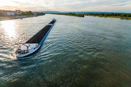 Ladingschip met kolenlastlast op de Rijn in Mainz, Duitsland
