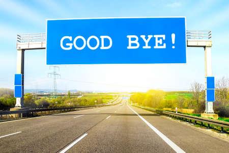 Blauw snelwegteken over de weg op zonnige dag met woorden vaarwel op het Stockfoto - 88450671