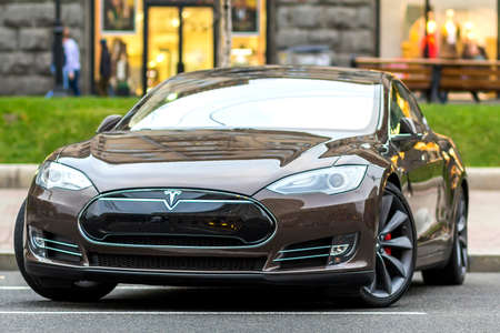 Kiev, Oekraïne - 20 September 2017: Moderne elektrische auto op straat. Tesla Type S is een van de duurste elektrische auto's ter wereld. Stockfoto - 89075305