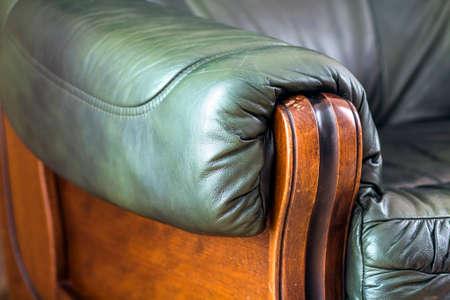 Particolare del primo piano del divano in pelle con manico in legno rovere Archivio Fotografico - 91550890