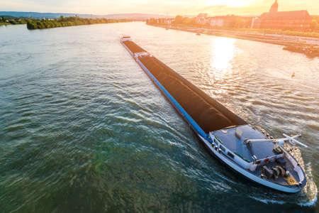 Navire cargo avec chargement en vrac de charbon sur le Rhin à Mayence, en Allemagne Banque d'images - 92363641