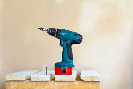 Electric cordless screwdriver and one screw close-up Stockfoto