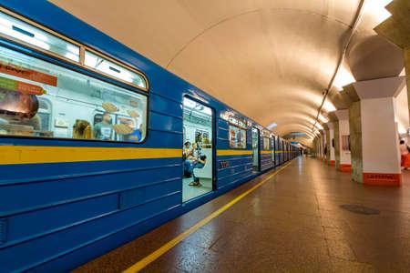キエフ、ウクライナ - 10月15、2017:出発前に駅に立って地下鉄(地下鉄)地下鉄 写真素材 - 93668682