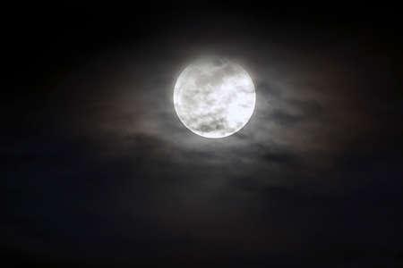 gros plan de l & # 39 ; argent éclatant de la lune sur le ciel bleu foncé avec des nuages ? ? épars