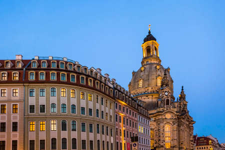 Long exposure of the Neumarkt square and Frauenkirche (Church of Our Lady) in Dresden on clear night, city square. Historic architecture buildings in Germany. Standard-Bild