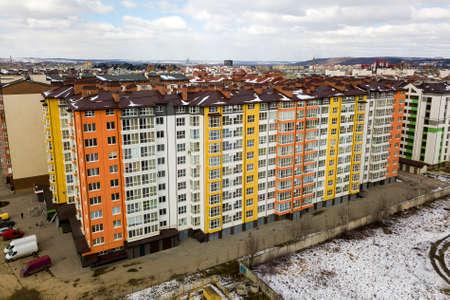Complexe d'immeubles de grande hauteur au coin de la rue, vue de dessus sur fond d'espace de copie de ciel bleu vif, paysage de la ville s'étendant jusqu'à l'horizon. Photographie aérienne par drone.
