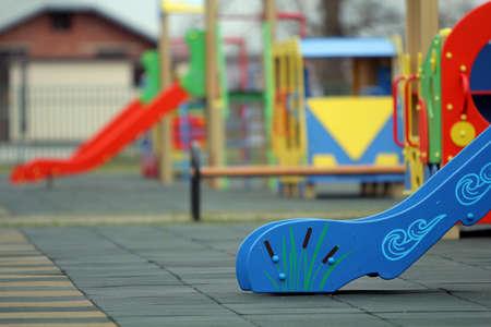 Helle bunte Rutschen auf dem Spielplatz mit weichem Gummiboden an einem sonnigen Sommertag. Aktivitäten und Erholung für Kinder im Freien.