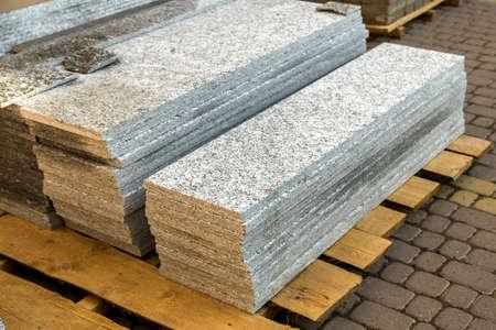 Stapel von Granitmarmorplatten. Steinplatten für dekorativen Bau.