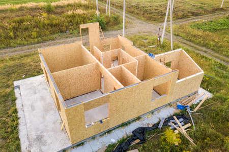 Bau eines neuen und modernen modularen Hauses. Wände aus Holz-Verbundplatten mit Schaumplattenisolierung im Inneren. Aufbau eines neuen Rahmens des energieeffizienten Hauskonzepts.
