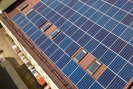 Aerial view of many solar panels mounted of industrial building roof. Archivio Fotografico - 131510750