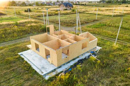 Bau eines neuen und modernen modularen Hauses. Wände aus Holzverbundplatten mit Schaumisolierung im Inneren. Aufbau eines neuen Rahmens des energieeffizienten Hauskonzepts.